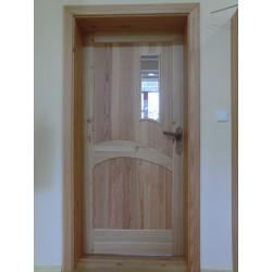 Modřínové dveře s ořechovými klikami